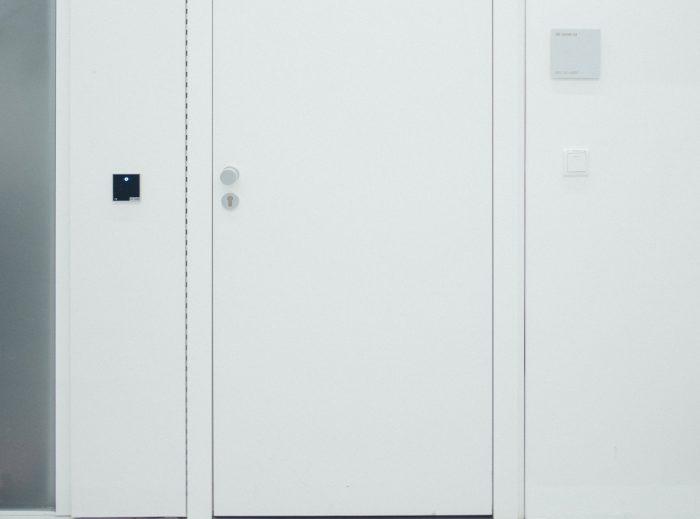 fehér műanyag bejárati ajtó